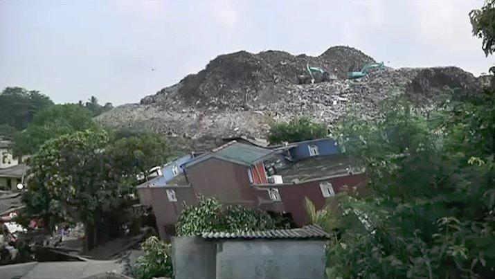 sri lanka une montagne de d chets s 39 effondre sur un village au moins 16 morts fouadboughanem6. Black Bedroom Furniture Sets. Home Design Ideas